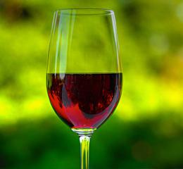 Вино окрашивает зубы